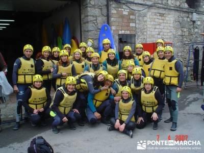 Grupo equipado para realizar Rafting; grupos para hacer senderismo en madrid